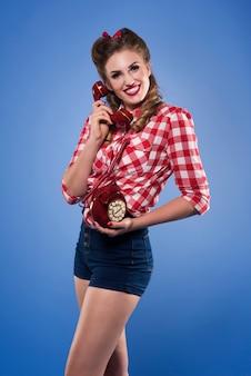 Levanta mulher com telefone retro isolado Foto gratuita
