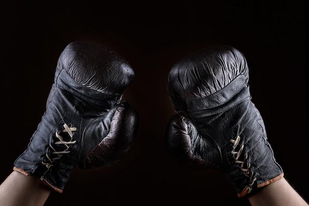 Levantado, braços, de, um, atleta, vestido, em, couro marrom, luvas boxeiam