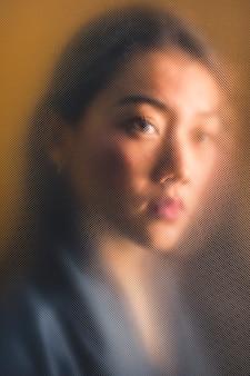 Levantamento bonito da mulher do close-up