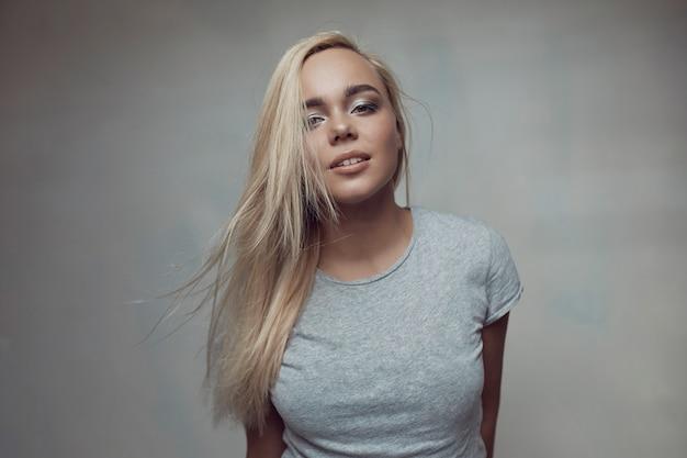 Levantamento bonito da mulher do retrato