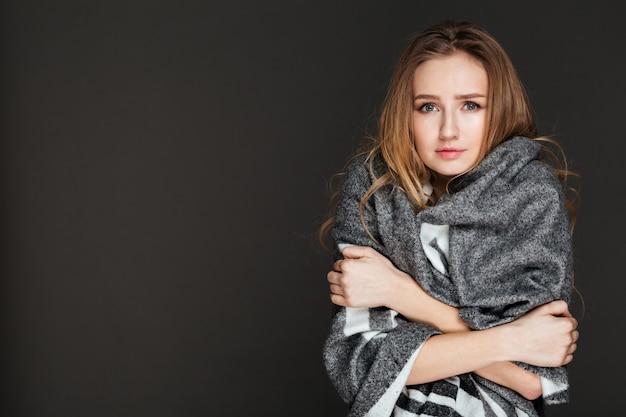 Levantamento bonito da mulher vestido na manta