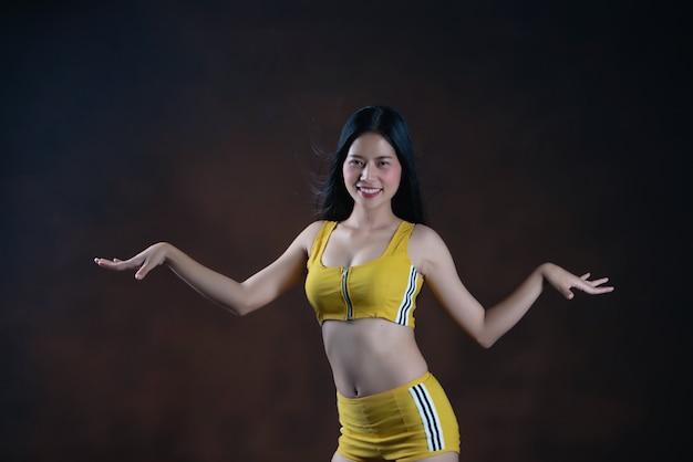 Levantamento bonito do dançarino da jovem mulher
