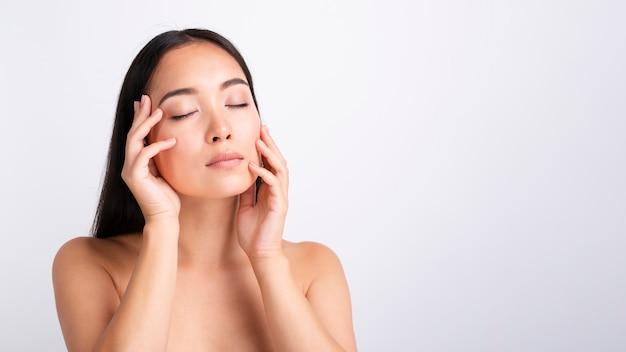 Levantamento bonito do modelo asiático do close-up