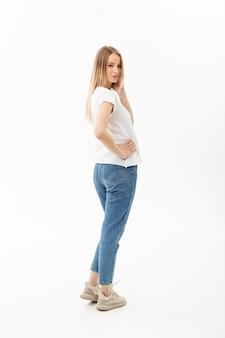 Levantamento bonito do modelo da mulher em pé isolado no branco