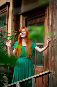 Levantamento bonito novo da mulher do cabelo vermelho