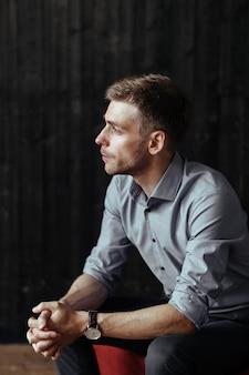 Levantamento considerável novo do homem de negócios interno