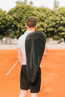 Levantamento de jovem tenista atlético