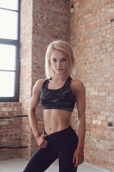 Levantamento de mulher sexy atleta musculoso