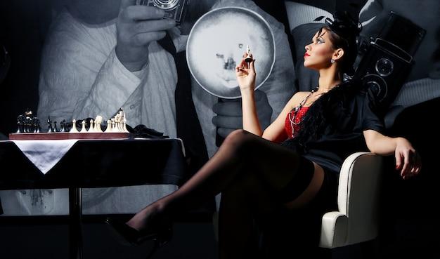 Levantamento jovem e sexy da mulher do vintage