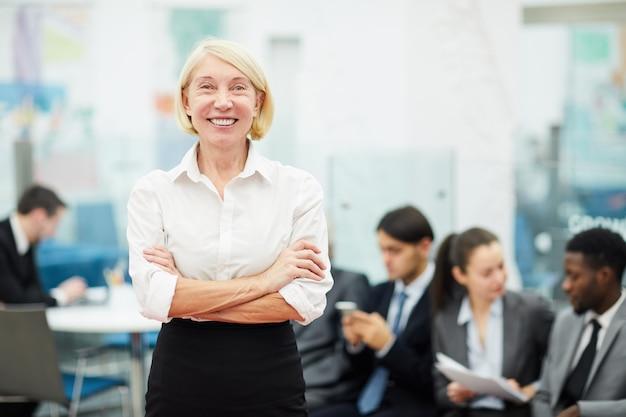 Levantamento maduro da mulher de negócios