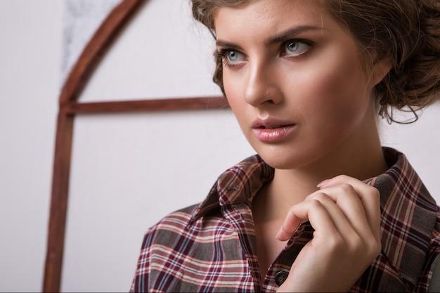 Levantamento modelo da mulher item de roupas close-up