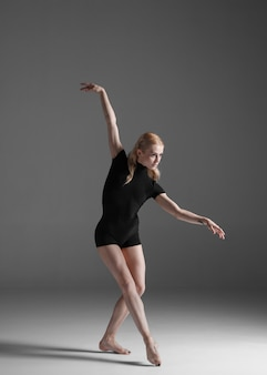 Levantamento moderno bonito do dançarino do estilo moderno