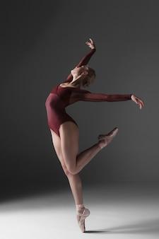 Levantamento moderno bonito novo do dançarino do estilo