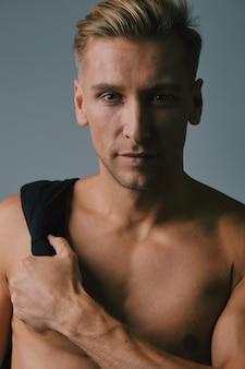Levantamento muscular considerável do homem novo