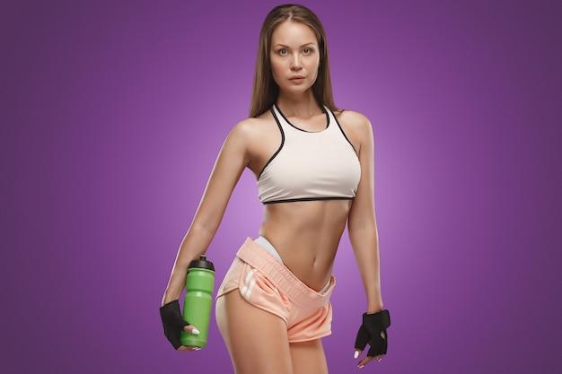 Levantamento muscular do atleta da jovem mulher