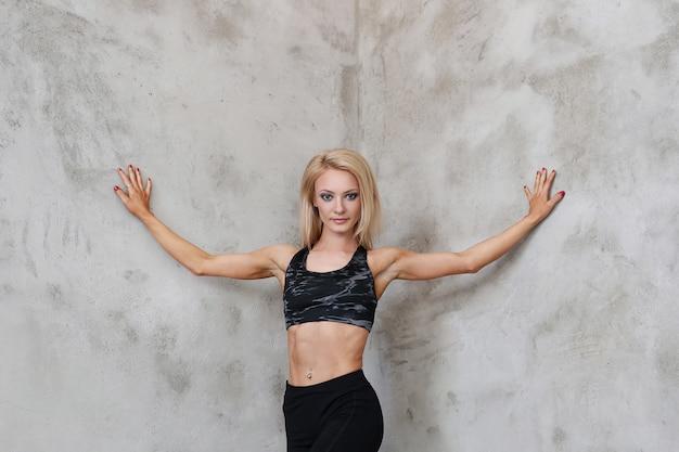 Levantamento musculoso da mulher do atleta