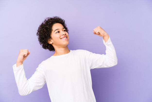 Levantando o punho após uma vitória, o conceito de vencedor.