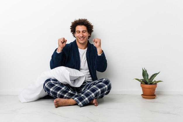 Levantando o punho, sentindo-se feliz e bem-sucedido