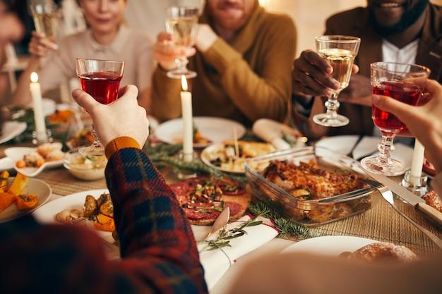 Levantando óculos no jantar close-up