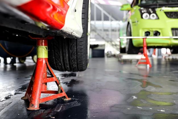 Levantando um carro para trocar pneus na garagem