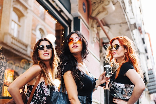 Levantar as mulheres nos óculos de sol