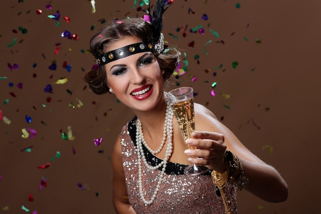 Levante o copo com fundo de vinho e confetes
