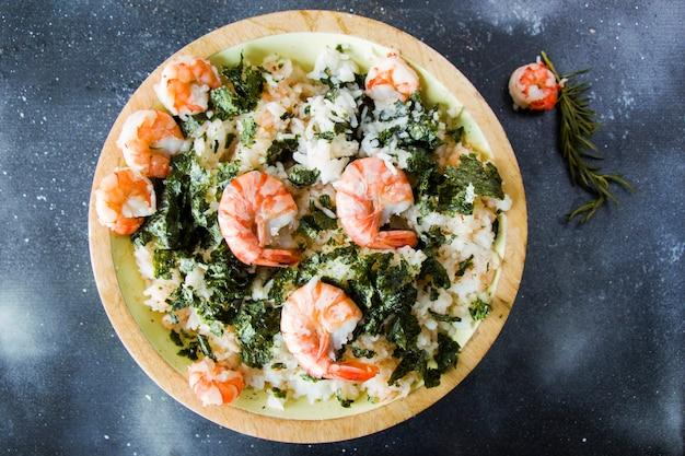 Levante-se com camarões e nori, delícia refeição no prato na superfície, estúdio tiro. pronto para comer.