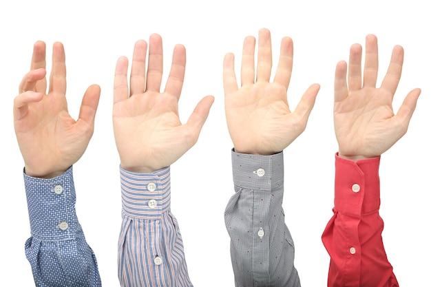 Levantou as mãos do homem no branco