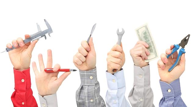Levantou as mãos masculinas com diferentes gestos e objetos da profissão. negócios e propósito na vida.