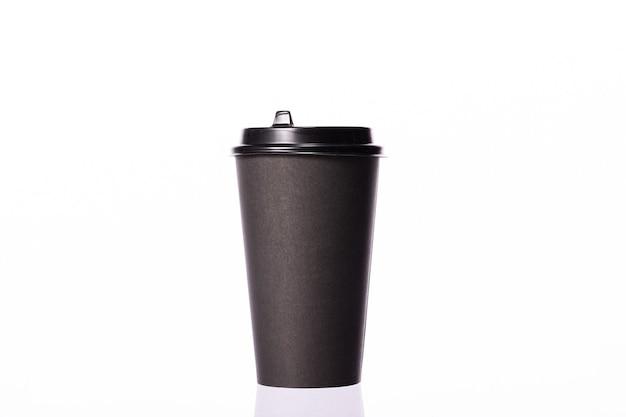 Levar copo de café de papel descartável