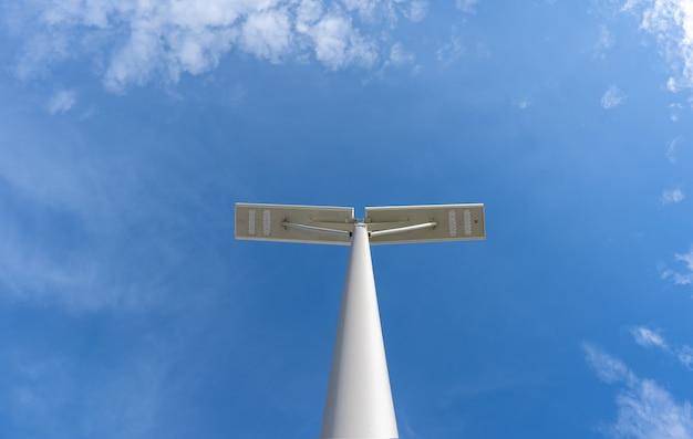 Levou a iluminação do parque de estacionamento com céu azul