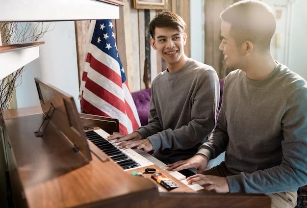 Lgbt homossexual masculino está tocando piano. feliz com sua amante