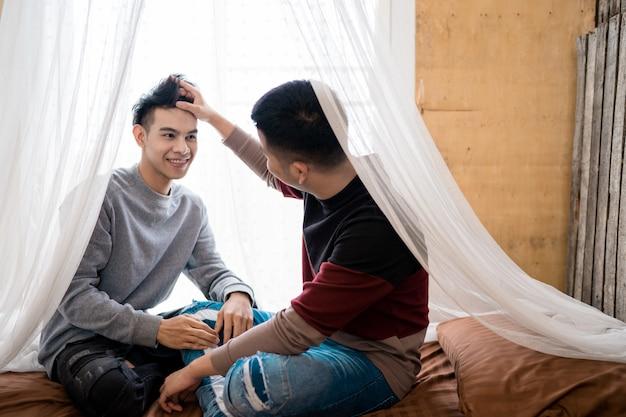 Lgbt men home life: casal homossexual masculino abraçado na cama no quarto