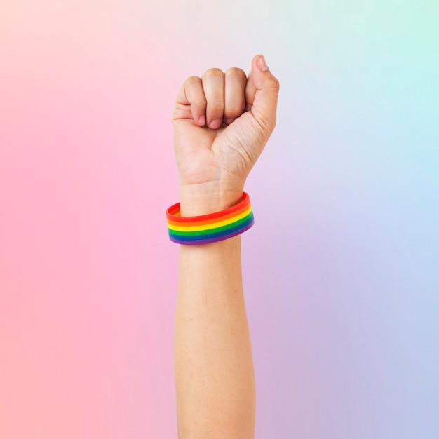 Lgbtq + bracelete do orgulho com punho no ar