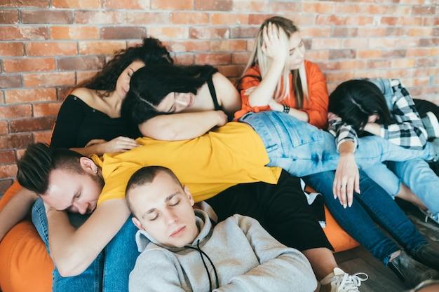 Liberdade da juventude. unidade da equipe. lazer e estilo de vida. alegre grupo de amigos ou colegas