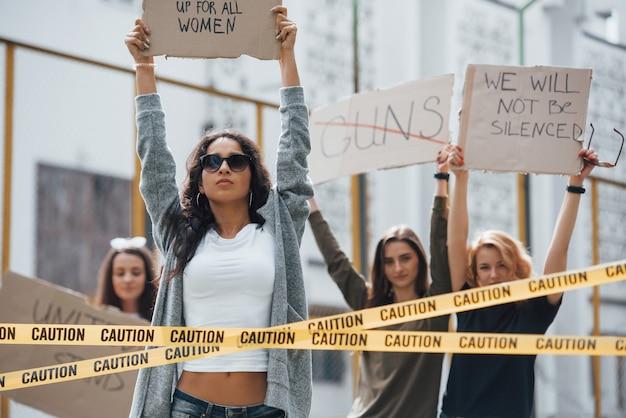 Liberdade de expressão. grupo de mulheres feministas protestam por seus direitos ao ar livre