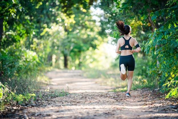 Liberdade de fitness feminino jovem magro