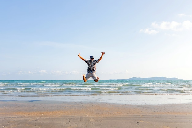 Liberdade de homem feliz salto oceano scape mar fundo