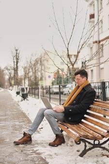 Liberdade de negócios. modernos, homem negócios, laptop, teclado, laptop, natureza, banco, trabalhando