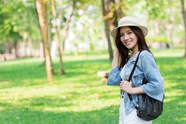 Liberdade e encontrar o conceito: casual bonito mulheres asiáticas inteligentes andando no parque