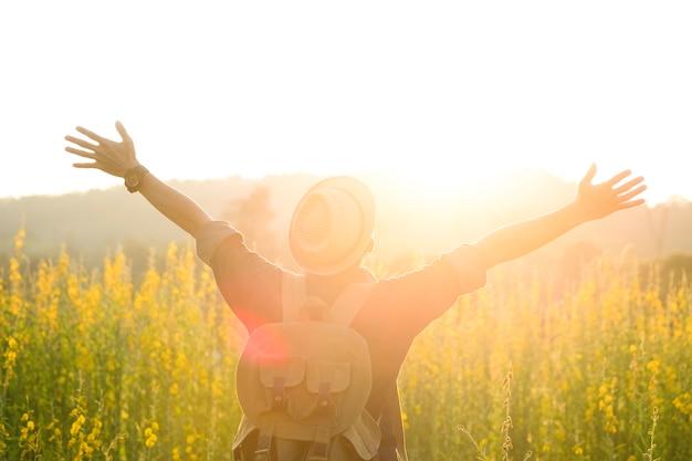 Liberdade e relaxamento viajam ao ar livre desfrutando da natureza
