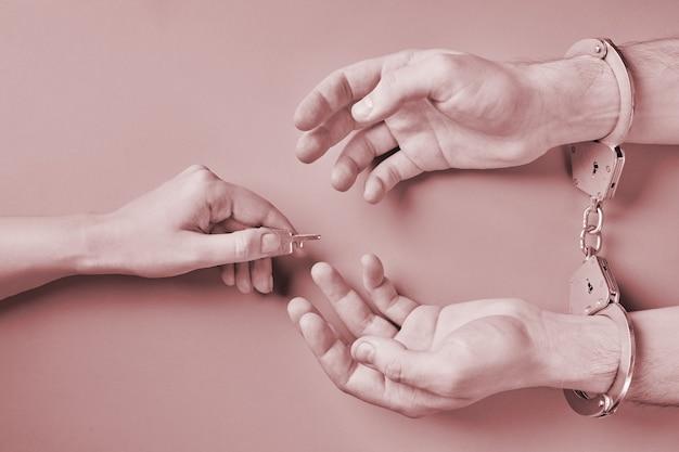 Libertação do prisioneiro. mãos algemadas. conceito de prisão. privação de liberdade.