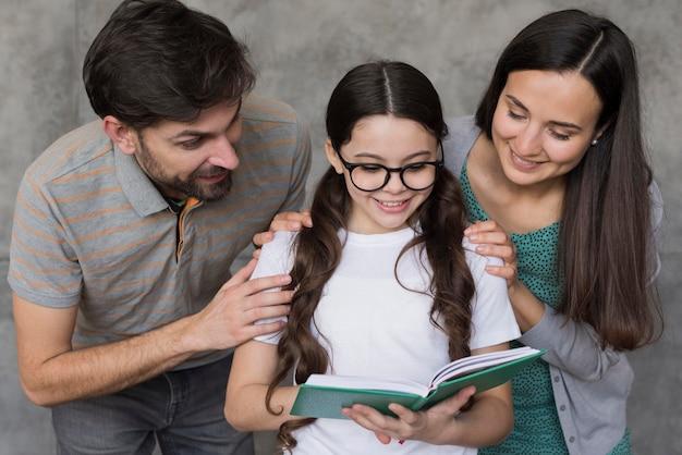 Lição da filha para ler com os pais