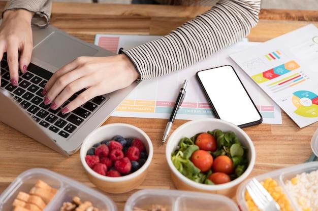 Lição de casa e alimentos orgânicos em lancheiras