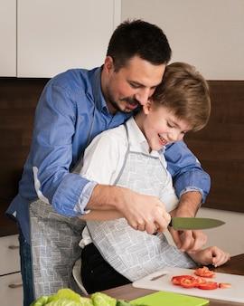 Lição de menino na cozinha com o pai