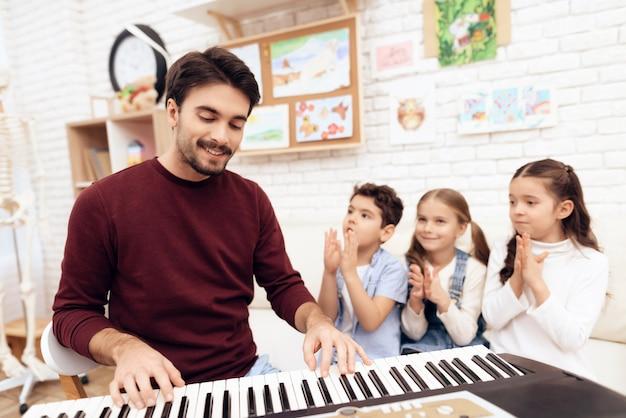 Lição de música para crianças como tocar piano.
