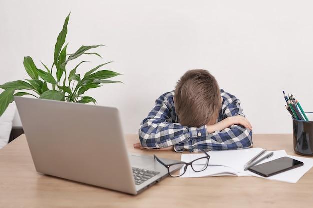 Lição on-line em casa, distância social durante quarentena, auto-isolamento, conceito de educação on-line, estudante em casa. rapaz, aprendendo a língua on-line, usando o laptop, educação a distância. rapaz estudante, escola
