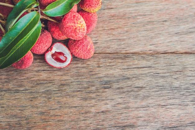 Lichia fresca em uma velha superfície de madeira