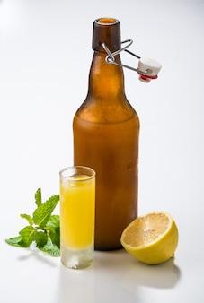 Licor caseiro tradicional limoncello e cítricos frescos