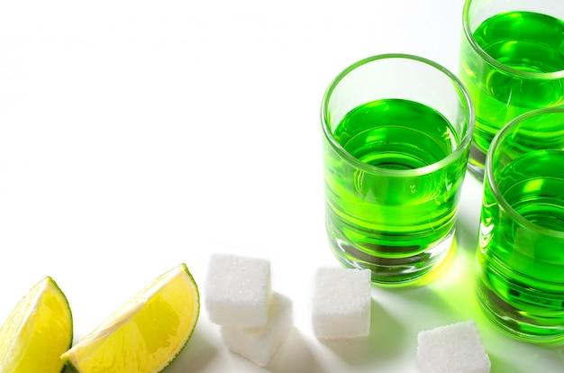 Licor de absinto verde em copos. bebida alucinógena alcoólica.